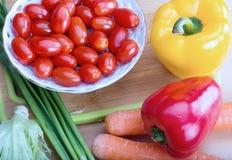 Metta le verdure dell'azienda agricola di eco sul tavolo da cucina Fotografie Stock