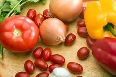 Metta le verdure dell'azienda agricola di eco sul tavolo da cucina Fotografia Stock