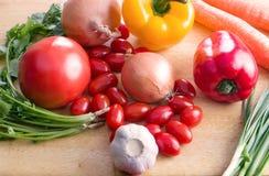 Metta le verdure dell'azienda agricola di eco sul tavolo da cucina Fotografia Stock Libera da Diritti