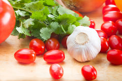 Metta le verdure dell'azienda agricola di eco sul tavolo da cucina Immagine Stock Libera da Diritti