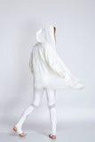 Metta in mostra i vestiti bianchi di colore di usura di donna per il funzionamento di yoga di forma fisica Fotografie Stock
