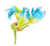 Metta in mostra il dancing della donna con il tessuto d'ondeggiamento di volo sopra il BAC bianco Fotografie Stock Libere da Diritti