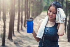 Metta in mostra il drin sano di bello della giovane donna della ragazza esercizio di stile di vita Fotografia Stock