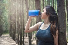 Metta in mostra il drin sano di bello della giovane donna della ragazza esercizio di stile di vita Immagini Stock Libere da Diritti