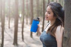 Metta in mostra il drin sano di bello della giovane donna della ragazza esercizio di stile di vita Fotografia Stock Libera da Diritti