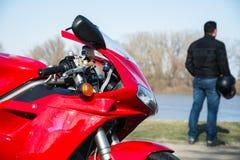 Metta in mostra il motociclo ed il suo suo driver fotografati all'aperto Fotografie Stock Libere da Diritti