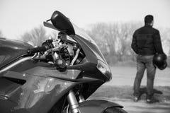 Metta in mostra il motociclo ed il suo suo driver fotografati all'aperto Immagini Stock