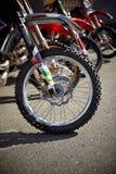 Metta in mostra il pneumatico del motociclo Fotografia Stock