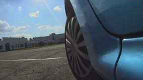 Metta in mostra l'automobile che guida al fornito a specialmente per area di corsa, prova su strada video d archivio