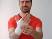Metta in mostra l'uomo con il farmaco delle fasciature sulla sua mano immagini stock libere da diritti