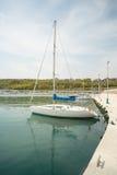 Metta in mostra l'yacht della navigazione sul pilastro Sarafovo in Bourgas, Bulgaria Fotografie Stock