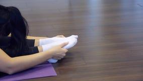 Metta in mostra la donna che fa allungando gli esercizi dentro lo studio di forma fisica stock footage