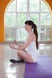 Metta in mostra la donna di forma fisica che fa gli esercizi di yoga in palestra Fotografia Stock Libera da Diritti