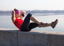 Metta in mostra la donna di forma fisica che fa l'allenamento all'aperto di addestramento trasversale Fotografie Stock Libere da Diritti