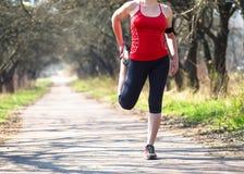 Metta in mostra la donna di forma fisica che fa l'allenamento all'aperto di addestramento trasversale al giorno soleggiato Fotografia Stock
