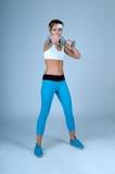 Metta in mostra la donna di forma fisica che fa l'esercizio di allenamento con la testa di legno Fotografie Stock Libere da Diritti