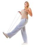 Metta in mostra la donna di forma fisica della ragazza che fa l'esercizio con la corda di salto di salto isolata Immagini Stock