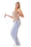 Metta in mostra la donna di forma fisica della ragazza che fa l'esercizio con la corda di salto di salto isolata Fotografie Stock