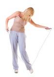 Metta in mostra la donna di forma fisica della ragazza che fa l'esercizio con la corda di salto di salto isolata Fotografia Stock Libera da Diritti