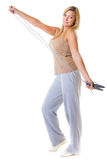 Metta in mostra la donna di forma fisica della ragazza che fa l'esercizio con la corda di salto di salto isolata Immagine Stock