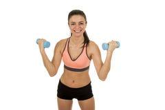 Metta in mostra la donna nel sorridere dei vestiti di forma fisica felice nell'allenamento di addestramento di aerobica che posa  Fotografia Stock Libera da Diritti