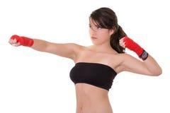 Metta in mostra la giovane donna, i guanti, ragazza di forma fisica sopra bianco Fotografia Stock Libera da Diritti
