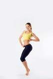 Metta in mostra la ragazza sorridente della giovane ragazza in buona salute della donna di forma fisica che fa il exerci Immagine Stock Libera da Diritti