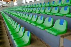 Metta in mostra le sedie di plastica verdi dello stadio in una fila Fotografia Stock Libera da Diritti