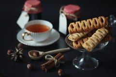 Metta per i dolci e le pasticcerie della prima colazione con i dadi per tè su un bl Fotografia Stock