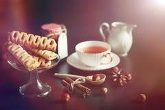 Metta per i dolci e le pasticcerie della prima colazione con i dadi per tè su un bl Immagini Stock Libere da Diritti