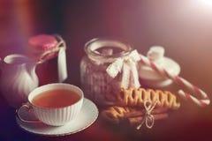 Metta per i dolci e le pasticcerie della prima colazione con i dadi per tè su un bl Fotografie Stock