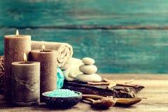 Metta per i trattamenti della stazione termale con i prodotti cosmetici per cura e rilassamento del corpo Fotografia Stock Libera da Diritti