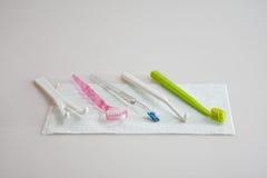 Metta per igiene orale Immagini Stock