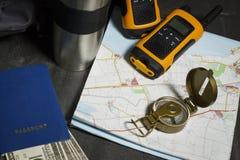 Metta per il viaggio: mappa, radio, passaporto e soldi Fotografia Stock Libera da Diritti