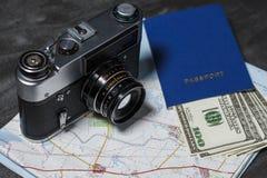 Metta per il viaggio: passaporto, carta dei soldi e macchina fotografica Immagine Stock Libera da Diritti
