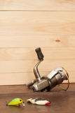 Metta per la pesca sui precedenti dei bordi Esca di plastica molle (di legno), bobina Fotografie Stock Libere da Diritti