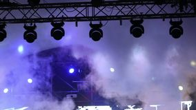 Metta in scena le luci al concerto con nebbia, luci della fase su una console, accendente la fase di concerto, concerto di spetta stock footage