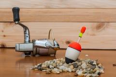 Metta un pescatore su un fondo di legno Galleggi ed annaspi ed allini nella priorità alta Fotografie Stock Libere da Diritti