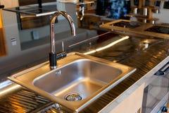 Mettalic水槽在一个现代厨房里 库存图片