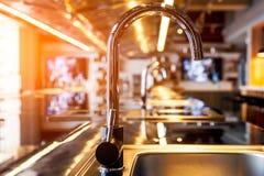 Mettalic水槽在一个现代厨房里 免版税图库摄影
