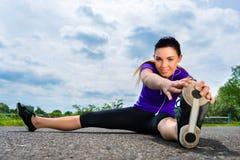 Mette in mostra all'aperto - giovane donna che fa la forma fisica in parco Fotografia Stock