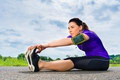 Mette in mostra all'aperto - giovane donna che fa la forma fisica in parco Fotografia Stock Libera da Diritti