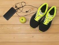 Mette in mostra gli accessori per forma fisica sul pavimento di legno Fotografie Stock Libere da Diritti