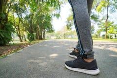 Mette in mostra il fondo, piedi del corridore che corrono sul primo piano della strada su funzionamento della donna di sport, del fotografia stock libera da diritti