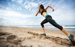 Mette in mostra il funzionamento della donna sulla spiaggia Immagine Stock