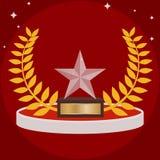 Mette in mostra il trofeo sotto forma di stella su rosso Gli sport foggiano a coppa sotto forma di stella di vetro Fotografia Stock