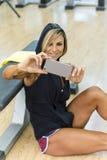 Mette in mostra la donna che fa il selfie sullo smartphone Fotografia Stock