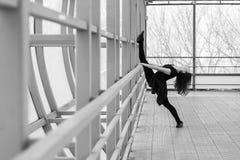 Mette in mostra la donna che fa l'allungamento all'aperto Fotografia Stock Libera da Diritti