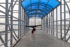 Mette in mostra la donna che fa l'allungamento all'aperto Fotografia Stock
