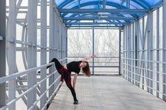 Mette in mostra la donna che fa l'allungamento all'aperto Fotografie Stock Libere da Diritti